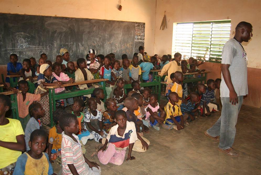 Alumnos del colegio del poblado de Saya (Fuente: El País)